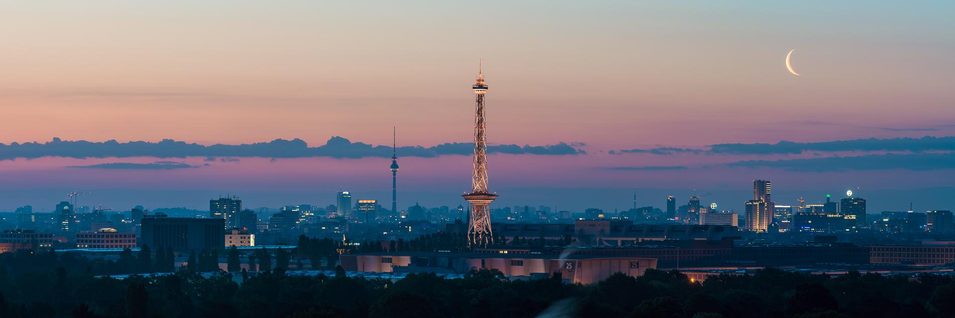 Der aufgehende Mond über Berlin vor Sonnenaufgang