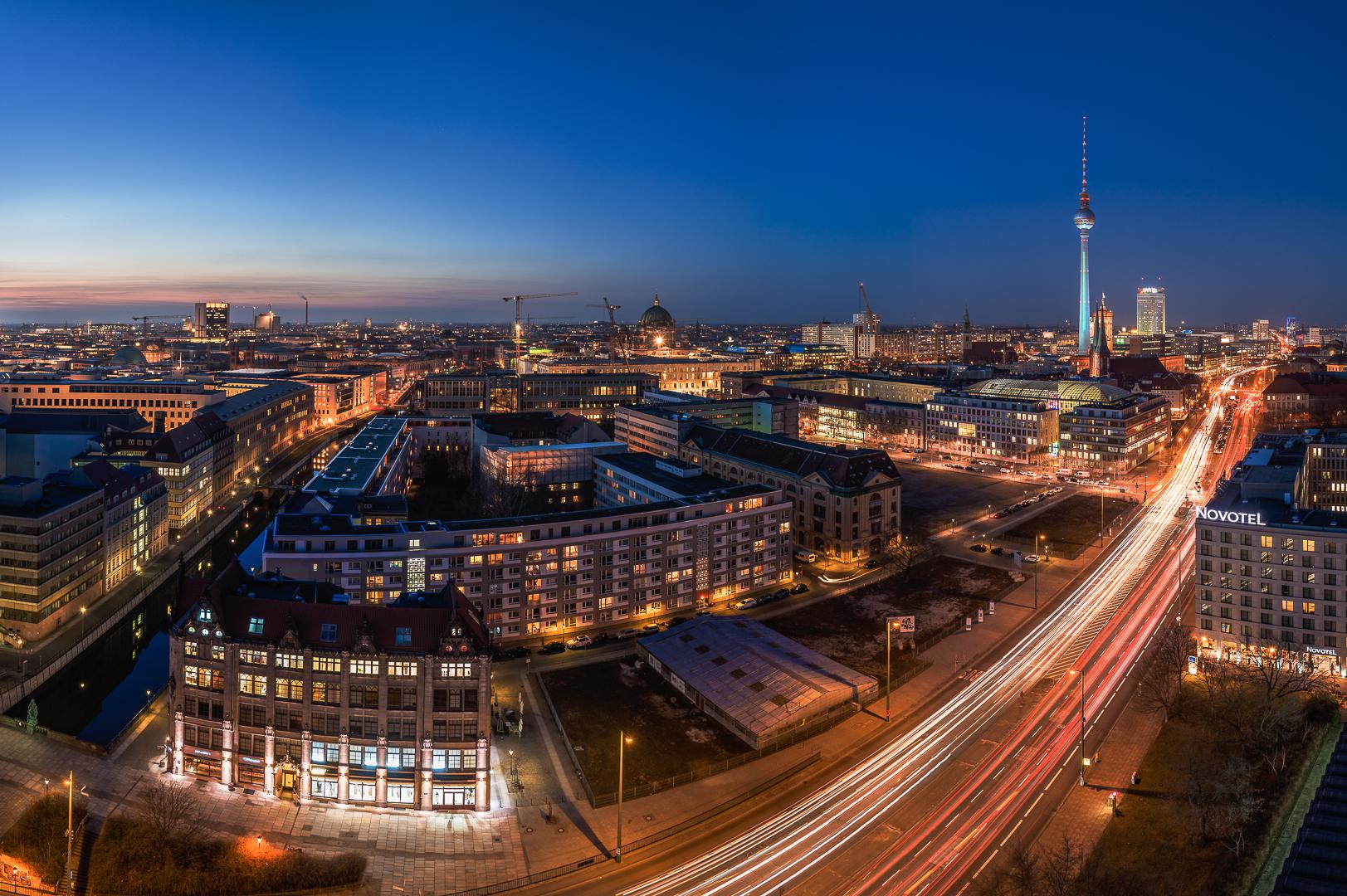 Skyline Berlin zur blauen Stunde als Panorama mit Blick auf den Alexanderplatz und den Fernsehturm,.