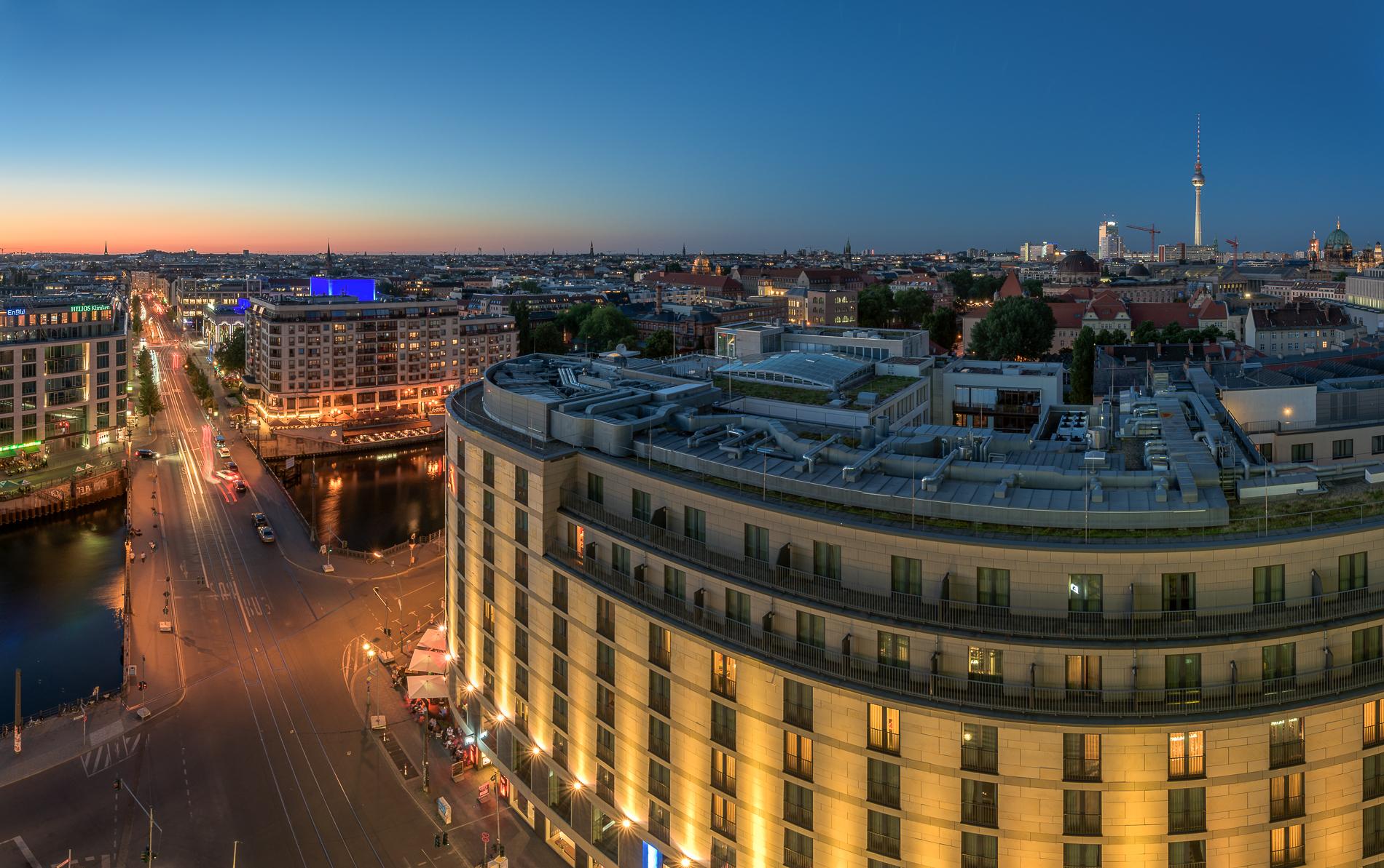 Die Skyline Berlins zur blauen Stunde kurz nach Sonnenuntergang mit blick auf Schiffbauerdamm und Friedrichstraße.