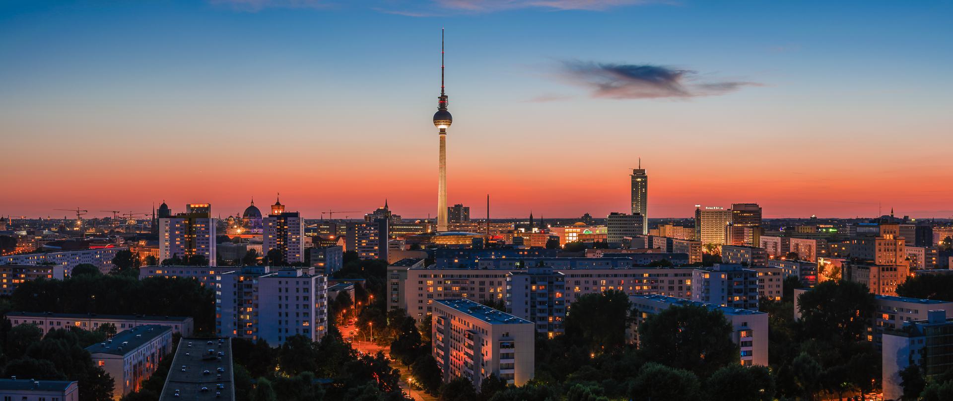 Skyline Berlins kurz nach Sonnenuntergang als Panorama.