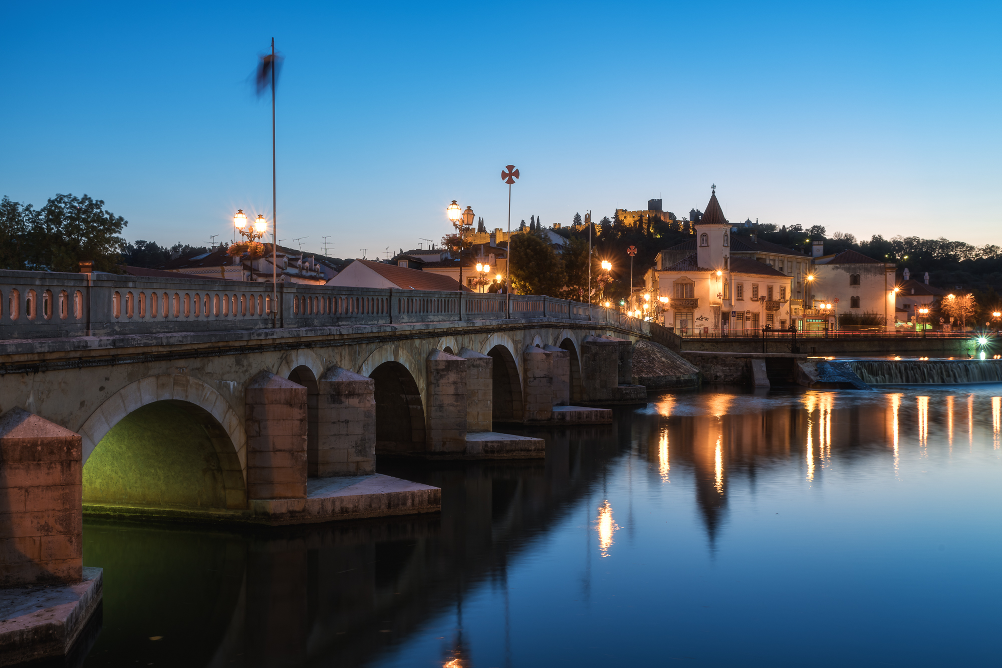 Portugal, Tomar, Stadt, City, Cityscape, Blaue Stunde, Blue Hour, Nachtaufnahme, Nightshot, Reflection, Reflexion, Spiegelung, Lights, Lichter, City Lights, Reise, Travel, Natur, Nature, Landschaft, Landscape, Europa, Europe, Nikon, Nikon D850, Manfrotto,